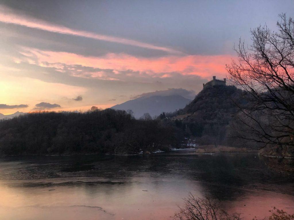 Castello di Montalto Dora visto dal Lago Pistono