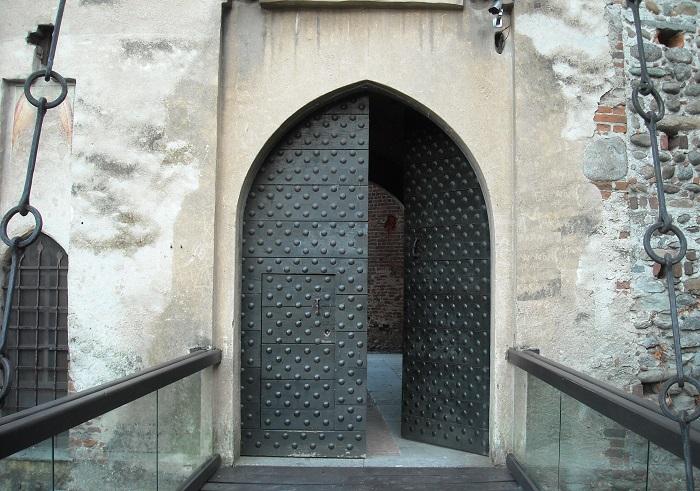 8 settembre 2018 - Castello Malgrà di Rivarolo Canavese_portone aperto